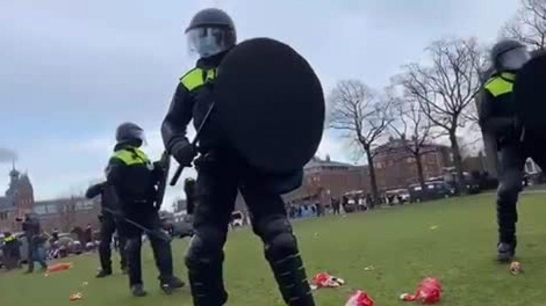 Prügelpolizei in Holland