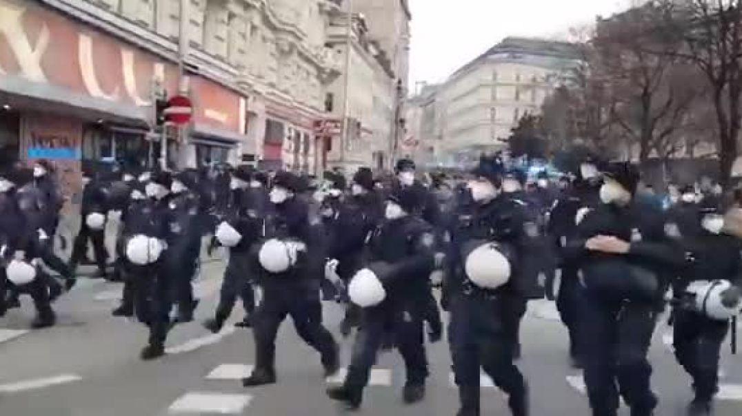 !! Gänsehaut.....Wien....Polizei nimmt Helme ab !!