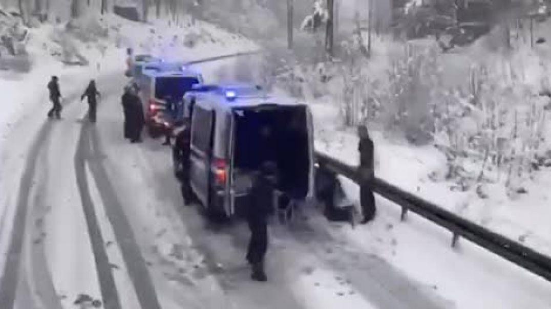 Polizei Schneeketten auf Sommerreiffen
