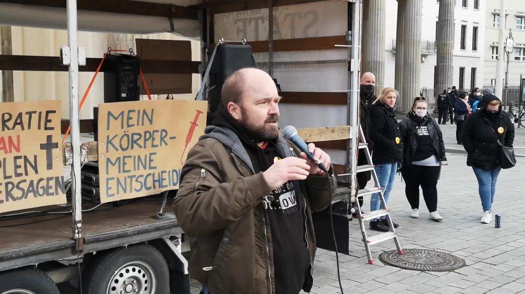 Nach oben beten, nach unten treten - Demo Berlin Brandenburger Tor 03.04.21