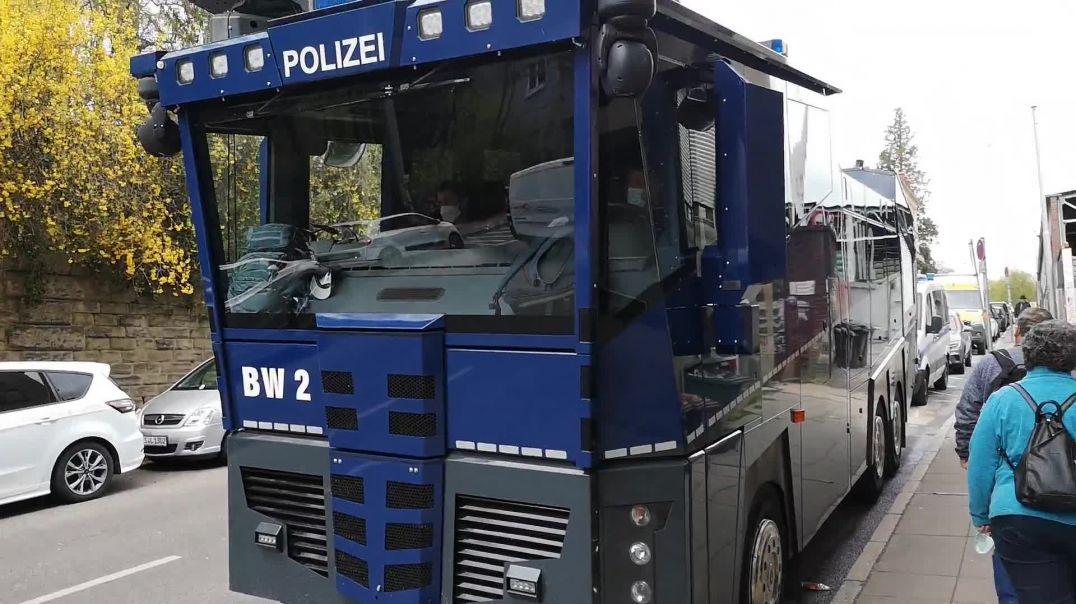 Polizeikessel von Stuttgart Demo und Umzug Querdenken 17.04.21
