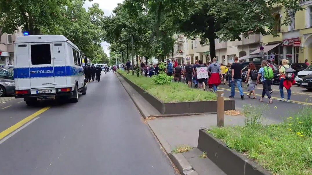 1.8.2021 Demo in Berlin über Polizeibrutalität Bereitgestellt von Boris Reitschuster